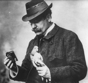 Julius_Neubronner_with_pigeon_and_camera_1914_cropped